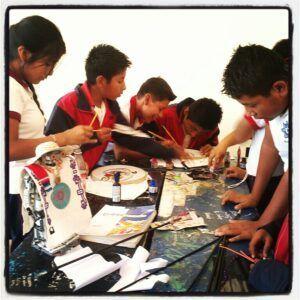 Los niños del pequeño pueblo de Santa Catarina en la Oaxaqueña sierra de Loxicha. Realizamos talleres de pintado de camisetas.