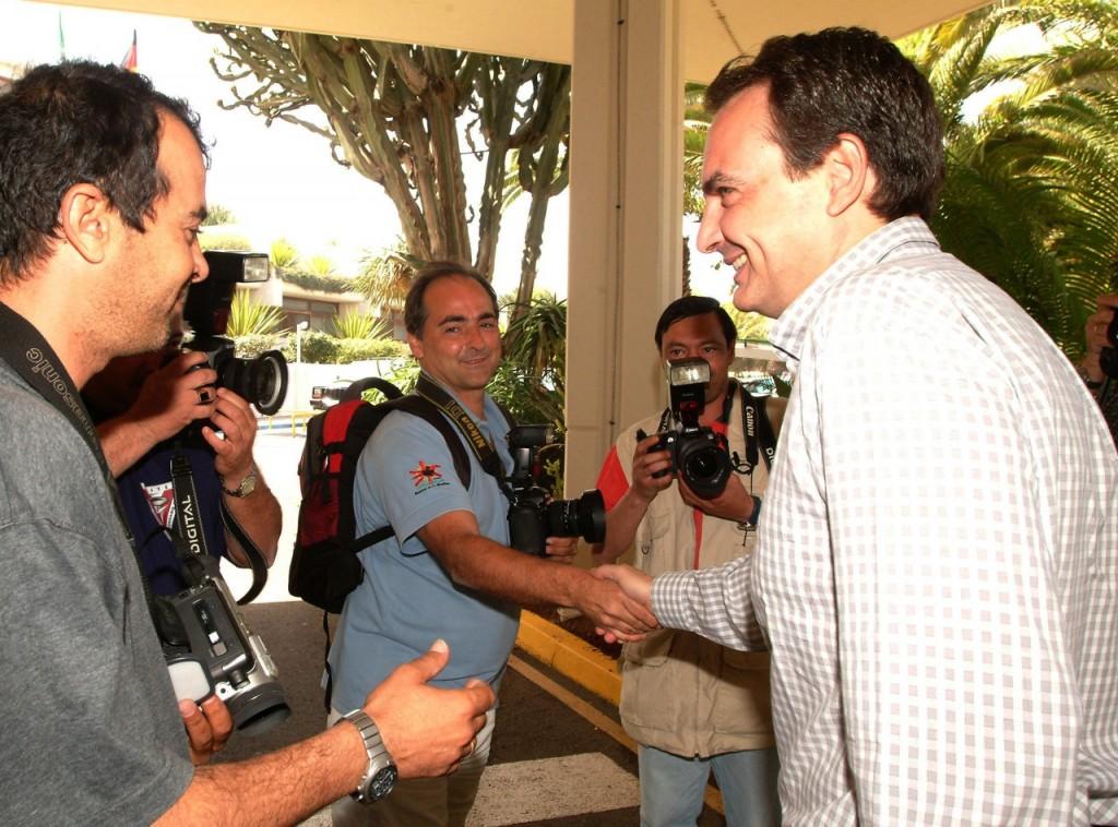 Saludando a Zapatero recién elegido presidente.