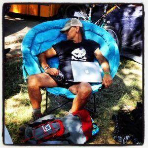 Disfrutando de una siesta a la sombra con la camiseta SiriPirata.